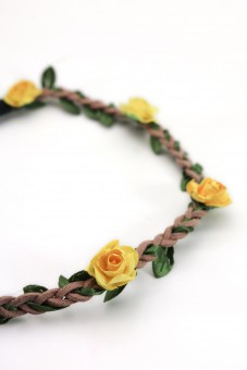 filigranes Haarband mit kleinen gelben Blüten