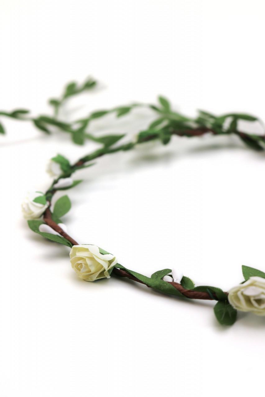 Haarkranz mit zarten weißen Blüten