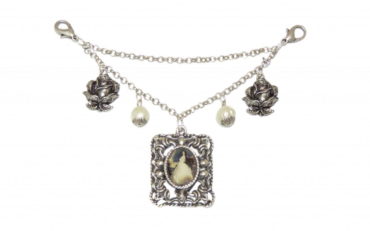 Charivari mit Metall Amulett, Perlen und Blumen